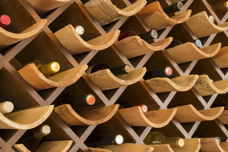Vom Weinfass bis zum Weinkühlschrank: Möglichkeiten bei der Weinlagerung